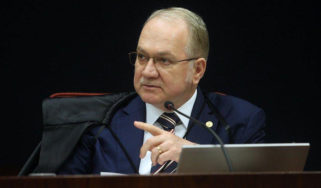 O ministro Luiz Edson Fachin, do Supremo Tribunal Federal (STF), pediu na noite desta quinta (3) manifestações da Presidência da República, da Câmara e do Senado sobre a decisão do deputado Eduardo Cunha (PMDB-RJ) de acolher um pedido de impeachment da presidente Dilma Rousseff; também foram pedidas informações à Procuradoria Geral da República (PGR) e à Advocacia Geral da União (AGU); todos terão até cinco dias corridos, após serem notificados, para responder ao pedido do ministro