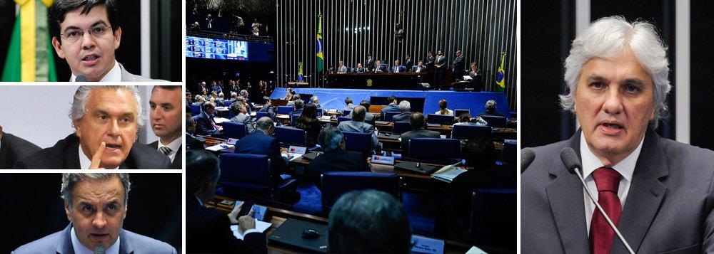 Senadores Randolfe Rodrigues (Rede-AP), Ronaldo Caiado (DEM-GO) e Aécio Neves (PSDB-MG) entraram nesta quarta-feira 25 com um mandado de segurança no Supremo Tribunal Federal para garantir que a votação sobre manutenção da prisão do senador Delcídio Amaral (PT-MS) seja aberta; questão é discutida neste momento no Senado, sem consenso ainda se a votação será aberta ou secreta; como se trata de caso inédito no Senado, a equipe técnica da Casa não tem posicionamento definitivo sobre esse tipo de votação; senador Jader Barbalho (PMDB-PA) já discursou a favor do voto fechado