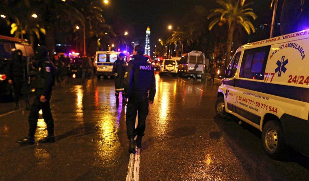 """Explosão atingiu um carro com membros da guarda presidencial da Tunísia deixando mortos e feridos e, segundodisse o porta-voz da presidência, Moez Sinaoui, à agência France Presse, foi """"um atentado"""""""