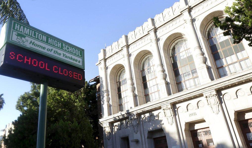 Los Angeles, o segundo maior distrito escolar nos Estados Unidos, fechou todas as suas escolas nesta terça-feira (15) depois que autoridades relataram ter recebido uma ameaça não especificada e determinaram uma busca a todas as escolas; autoridades pediram aos pais para manter todos os 643 mil alunos do sistema em casa para dar tempo para uma busca completa a mais de 1.200 escolas; foi o primeiro fechamento de todo o distrito em pelo menos uma década