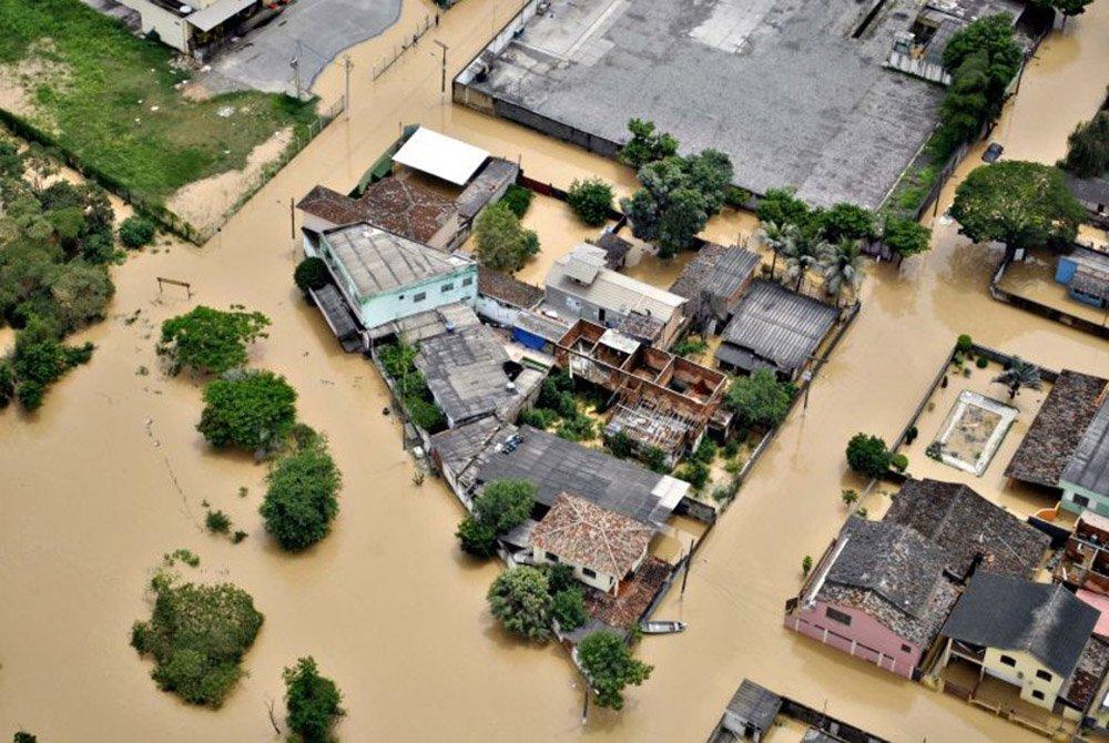 A Coordenadoria Estadual de Defesa Civil de Minas Gerais (Cedec) informou, nesta terça-feira (5), a primeira morte registrada durante o período chuvoso 2015/2016 no estado; a vítima éAntônio Luiz Alves Júnior, de 30 anos,que foi arrastado pela enxurrada em 23 de novembro, em Montes Claros, no Norte do estado; oórgão informou que 17 cidades foram afetadas pelas chuvas no estado - duas decretaram situação de emergência