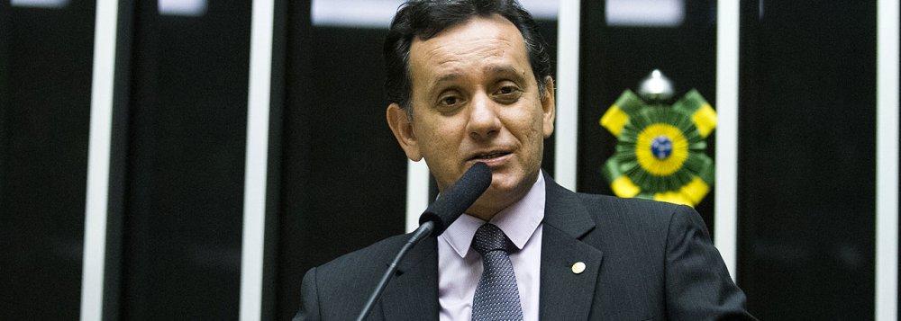 Por unanimidade, o Supremo Tribunal Federal (STF) recebeu denúncia contra o parlamentar do PSDB-MT por crime de responsabilidade; segundo a peça acusatória formulada pelo MPF, ele teria efetuado procedimentos que possibilitaram o desvio de recursos públicos, por meio de superfaturamento na execução de obras de pavimentação e drenagem em trecho urbano da BR-163; a conduta delituosa teria ocorrido entre 2001 e 2006, quando era prefeito de Sinop (MT)