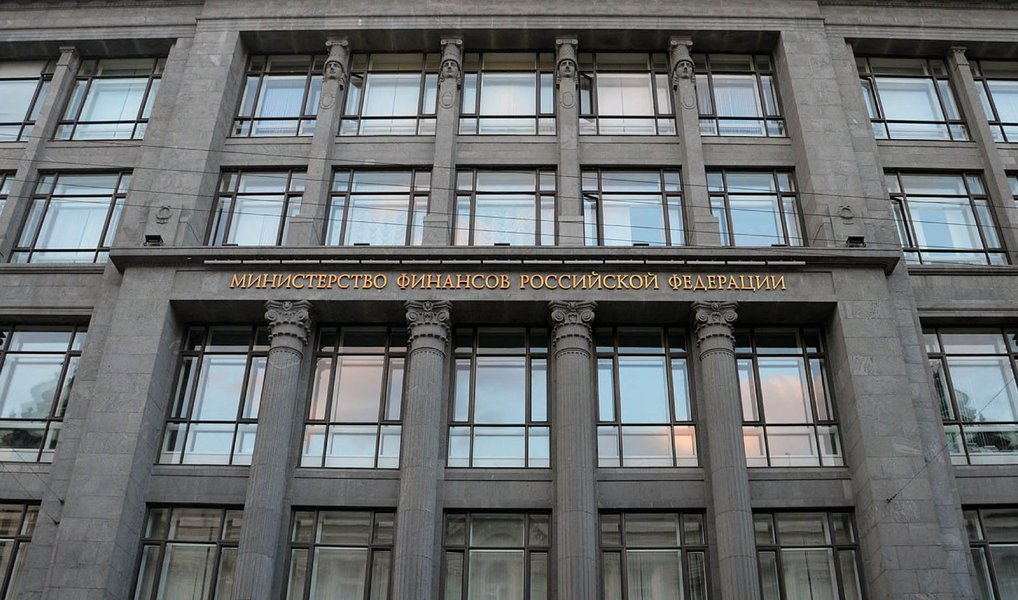 """O ministério russo das Finanças anunciou que entrará com uma ação legal contra a Ucrânia, exatamente duas semanas após o país se recusar oficialmente a pagar uma dívida equivalente a US$ 3 bilhões aos russos; constatando que a Ucrânia está em """"default"""" em vista das suas obrigações para com Moscou; oanúncio do processo contra Kiev ocorre no mesmo dia em que a parte comercial do acordo de associação entre a UE e a Ucrânia entrou em vigor; umconflito entre os dois países já deixou 9.000 mortos e resultou na anexação da península da Crimeia por parte dos russos"""