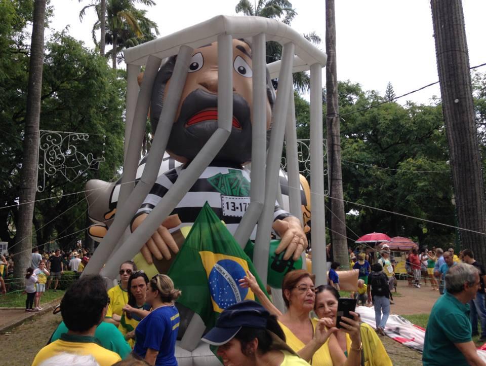 """Dizem que a nova geração é a mais indignada com o atual governo. Confesso que, na manifestação na Praça da Liberdade, em Belo Horizonte,fiquei um pouco confuso com o conceito de """"nova geração"""""""