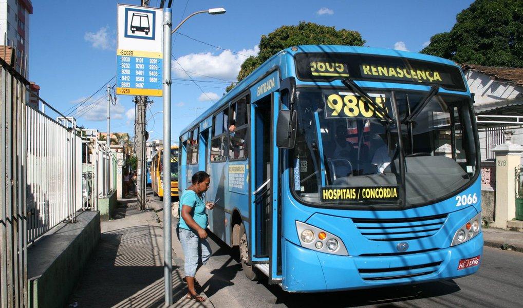"""O Movimento Passe Livre (MPL) anunciou que na próxima sexta-feira (8) vai promover uma manifestação, no Centro de Belo Horizonte, contra o aumento das tarifas de ônibus da capital mineira; desde domingo (3), o valor das passagens subiu para R$ 3,70, o que representa um aumento de 8,24%; """"Segundo as empresas de ônibus, a passagem aumentou porque, supostamente, a demanda diminuiu. Mas na verdade, ocorre o contrário: o número de usuários só reduziu, porque a tarifa aumentou. E, nesse círculo vicioso, a qualidade do serviço permanece claramente insatisfatória"""", diz o movimento em texto publicado no Facebook"""