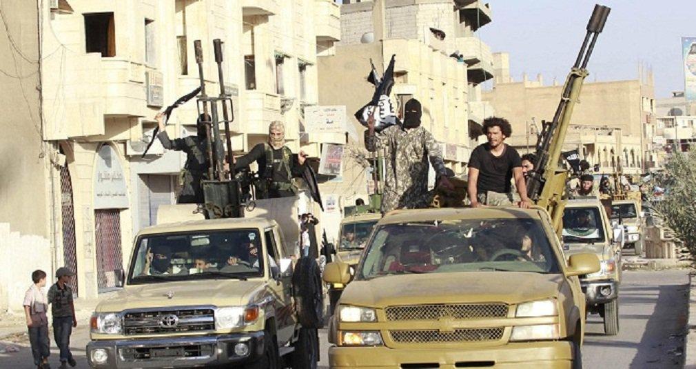 Coalizão liderada pelos Estados Unidos realizou 24 ataques contra militantes do Estado Islâmico na quarta-feira, colocando pressão sobre o grupo em torno de Ramadi e Mosul, no Iraque, e ao longo da linha Mar'a, na Síria; aviões de guerra efetuaram nove ataques aéreos perto de Mosul, a segunda maior cidade do Iraque, que sucumbiu a combatentes do Estado Islâmico em 2014; coalizão tem intensificado os ataques ao redor de Mosul nas últimas duas semanas, atingindo-a mais de 90 vezes
