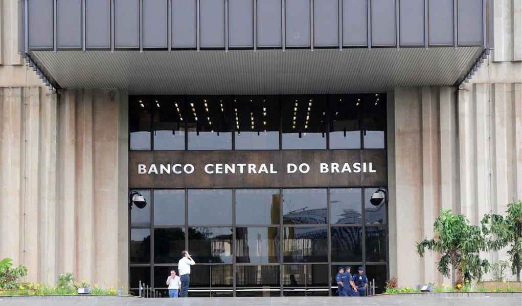 Brasil teve déficit em transações correntes de US$ 3,076 bilhõesem setembro; saldo negativo acumulado em 12 mesescorrespondente a 4,18% do Produto Interno Bruto (PIB), segundo dados do Banco Central