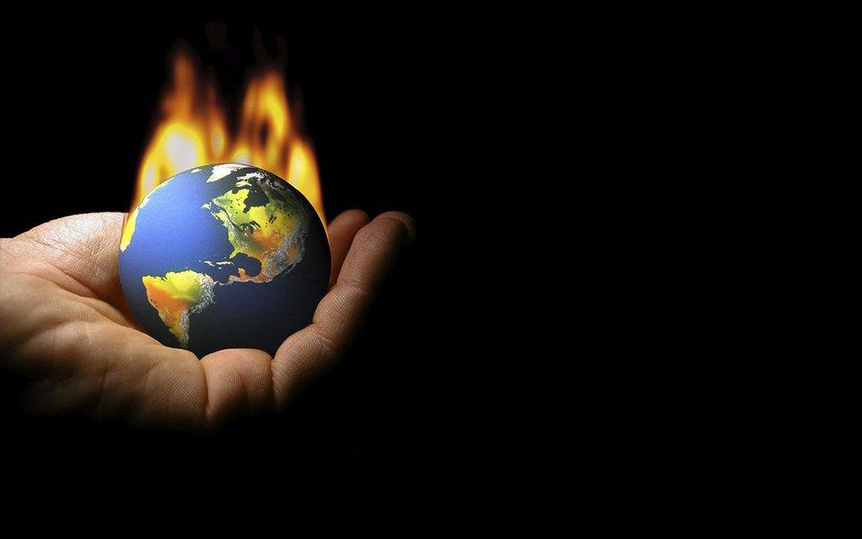 Imagine o dia mais quente que você já viveu. Agora imagine que está seis, dez ou doze graus acima da temperatura. De acordo com Alice Bows-Larkin, pesquisadora em clima, é esse o futuro que nos espera se nós não reduzirmos significativamente as emissões de gases poluentes agora. Ela aconselha que é hora de fazermos coisas de um jeito diferente - uma completa mudança no sistema - e seriamente considerarmos trocar crescimento econômico por estabilidade climática.