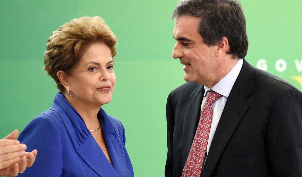 """Segundo a colunista Mônica Bergamo, a presidente Dilma Rousseff já disse a Lula, e a outros interlocutores, que """"entregar"""" a cabeça do ministro da Justiça, José Eduardo Cardozo, como defende o PT, seria entregar o comando de seu governo de uma vez por todas; no Instituto Lula, a tese do ex-presidente contra Cardozo é tratada como 'folclore'"""