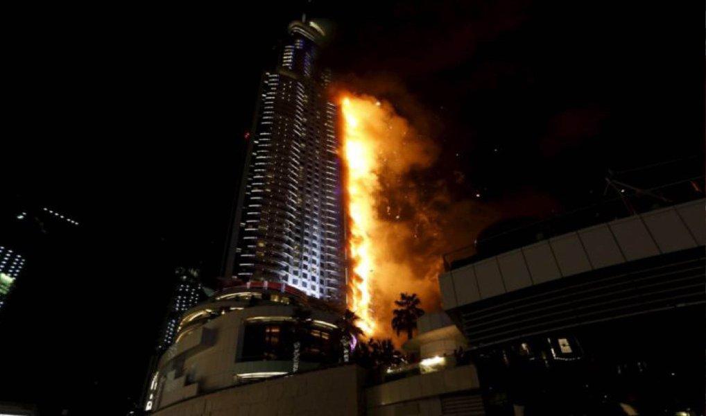 """Um incêndio de grandes proporções começou no hotel de luxo Adress Downtown, em Dubai, segundo a polícia local; o hotel fica próximo ao Burj Khalifa, o edifício mais alto do mundo; o gabinete de imprensa do governo do Emirado de Dubai informou sobre o incêndio na rede social Twitter, e disse que autoridades já estão no local para garantir """"uma resposta rápida e segura"""""""