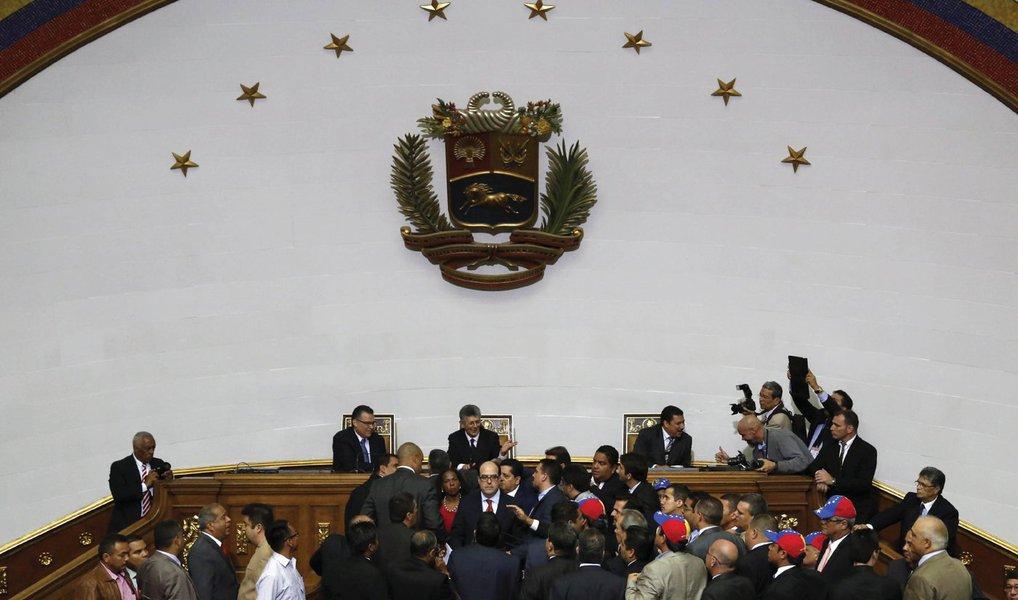 Oposição venezuelana assumiu o controle da Assembleia Nacional pela primeira vez em 16 anos em uma sessão confusa, estabelecendo uma disputa de poder com o presidente do país, Nicolás Maduro, em meio a uma crise econômica que vem se agravando;veterano parlamentar Henry Ramos foi eleito o novo presidente do Congresso numa sessão em que os dois lados cantaram refrãos um contra o outro e trocaram acusações de corrupção e traição