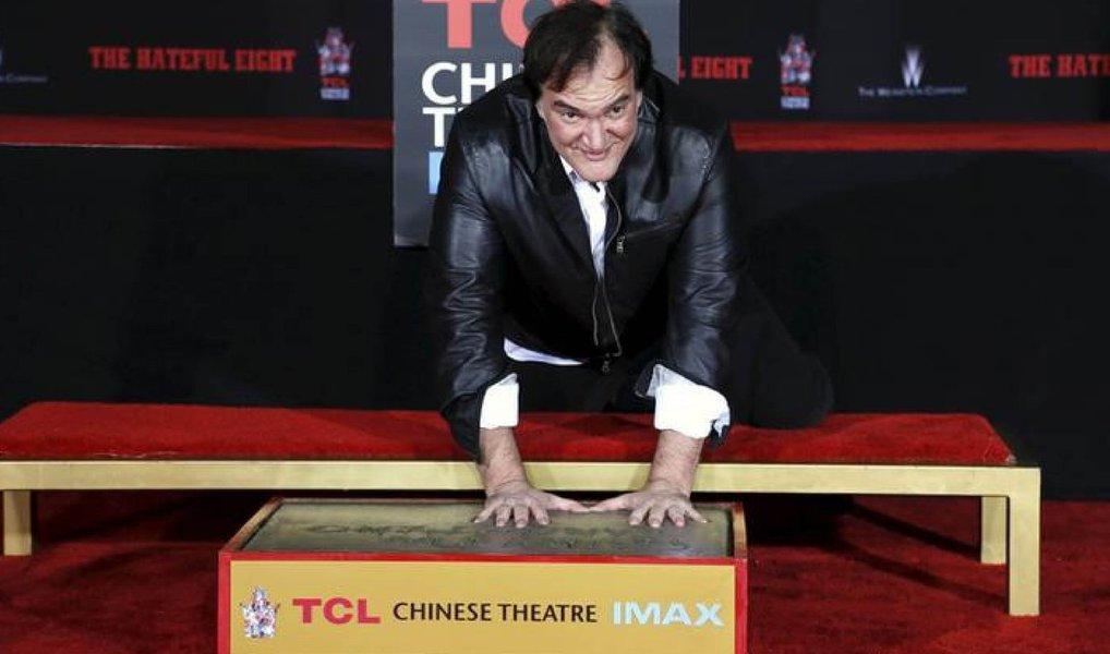"""Um tempestade torrencial não foi capaz de deter o diretor Quentin Tarantino, que deixou as marcas de suas mãos e pés no cimento do histórico Teatro Chinês, em Hollywood; """"Eu quis colocar minhas mãos é pés no pátio do Teatro Chinês bem antes de eu sequer ter uma carreira, então isso é algo que eu quis fazer por toda minha vida"""", disse o diretor"""
