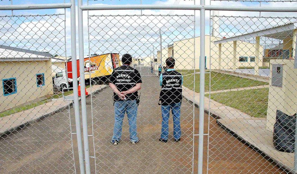 A Vara de Execuções Penais do Rio de Janeiro (VEP) trava judicial com juízes corregedores de três presídios federais para impedir o retorno ao estado de 19 presos ao estado considerado detentos de alta periculosidade; o STJ é o órgão que julgará os conflitos de competência abertos pelo titular da VEP, o juiz Eduardo Oberg; com 76 encarcerados, o Rio de Janeiro lidera a lista de estados que recorrem aos presídios federais de segurança máxima