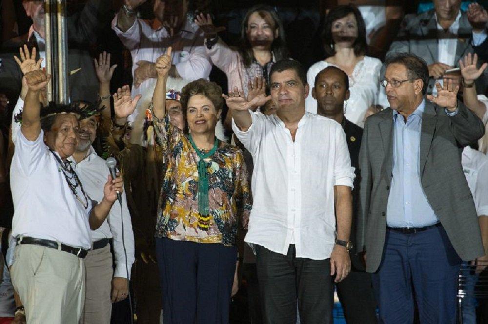 Com a presença da presidenta Dilma Rousseff, que não discursou, uma vibrante cerimônia abriu oficialmente os primeiros Jogos Mundiais dos Povos Indígenas (JMPI) nesta sexta (23), em Palmas (TO); o público presente na Arena Verde testemunhou um espetáculo de cantos, danças e luzes durante cerca de três horas, nas quais uma efervescência cultural prendeu a atenção de todos e arrancou muitas palmas; a festa terminou com todas as etnias se misturando em várias danças simultâneas, com muitas cores e alegria; a presidente chegou a ser vaiada, mas também foi aplaudida pela plateia