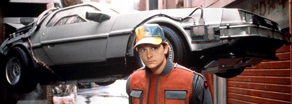 """Em novembro de 1989, Marty McFly e Doc Brown chegaram ao futuro no segundo filme da trilogia De Volta para o Futuro; foram projetados para o dia 21 de outubro de 2015; entre as """"apostas"""" da dupla não cumpridas estão carros voadores, uso de lixo como combustível e placas com códigos de barras; eles chegaram perto, no entanto, no uso de impressão digital para pagamentos"""