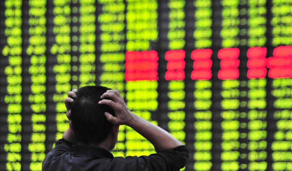Baixa do índice CSI300, que aglutina as 300 principais empresas cotadas nas duas Bolsas, forçou a suspensão das cotações, na primeira vez em que foi aplicada a nova norma das autoridades de regulamentação; o objetivo da suspensão é conter a alta volatilidade e evitar a repetição do 'crack' da Bolsa do ano passado; a moeda chinesa caiu ao nível mais baixo frente ao dólar desde 2011