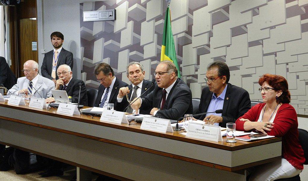"""Comissão de Assuntos Econômicos (CAE) do Senado aprovou dois requerimentos de audiência pública sobre a continuidade das """"pedaladas fiscais"""", as manobras contábeis atribuídas ao governo Dilma Rousseff em 2014, objetivo e debatera manutenção de atrasos nos repasses do governo federal aos bancos públicos em 2015, além de discutira continuidade das irregularidades identificadaspelo Tribunal de Contas da União (TCU) ao longo deste exercício"""