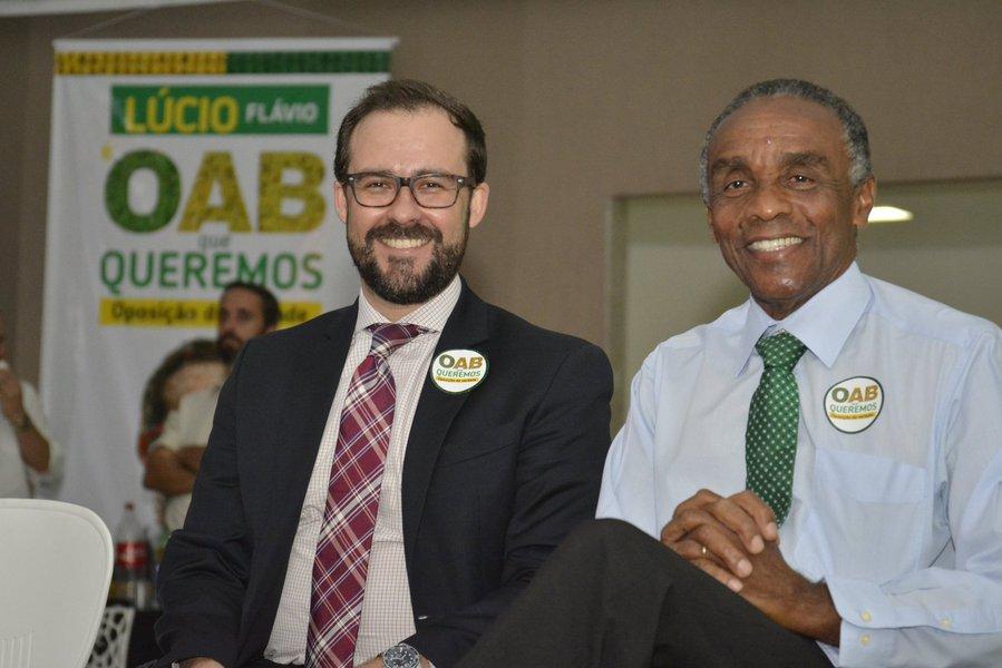 """Para o ex-presidente, que escancarou o escândalo das dívidas da entidade, """"é momento de experimentarmos pessoas novas, novas idéias, com visão de mundo já diferente""""; Macaléreiterou que promoveu a prestação de contas porque tinha esse compromisso com a advocacia de Goiás; Lúcio Flávio, candidato da chapa OAB que Queremos, celebrou o apoio e disse que movimento de oposição luta por uma OAB-GO honesta e transparente"""