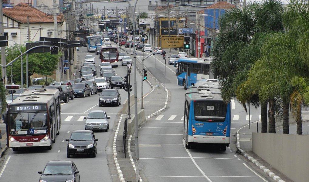 Número de mortes por acidentes de trânsitos nas ruas de São Paulo caiu de 101 para 70 em outubro de 2015, sobre o mesmo período de 2014; segundo aSecretaria Municipal de Transportes, maior redução ocorreu entre os pedestres, que sofreram 18 acidentes fatais a menos em outubro de 2015, quando foram registradas 26 mortes contra 44 em 2014; entre os motociclistas, foram 28 mortes em outubro deste ano e 40 no mesmo mês do ano passado