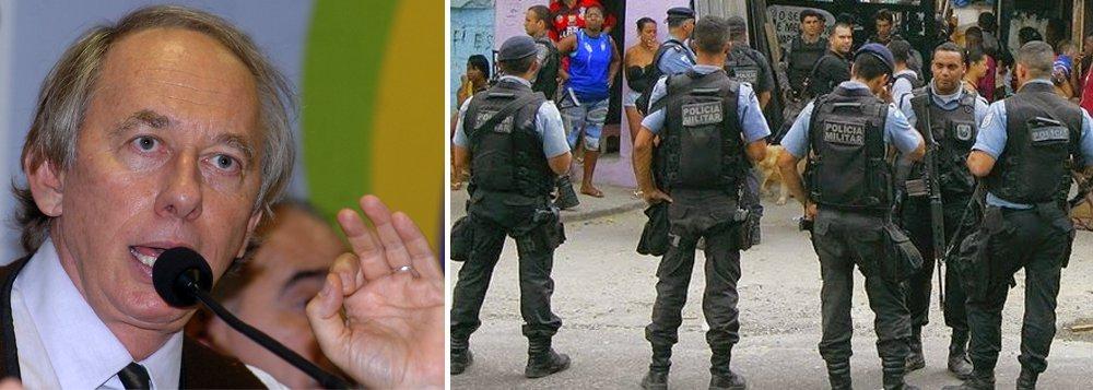 """Relatório da Polícia Militar entregue para a CPI das Armas informou que, segundo aCorregedoria da PM, quase oito mil munições sumiram da sede do governo do Rio (Palácio Guanabara) e do quartel general da corporação; o sumiço foi constatado no dia nove de setembro, mas ainda não foi possível saber quando as munições foram roubadas; """"Até ontem na CPI, a informação era de 2,6 mil munições que desapareceram mês passado. Mas agora nós passamos ali e percebemos que, além disso, foram roubadas 17 pistolas ao longo dos últimos anos lá, ao lado do governador"""", afirmou o deputado Carlos Minc"""