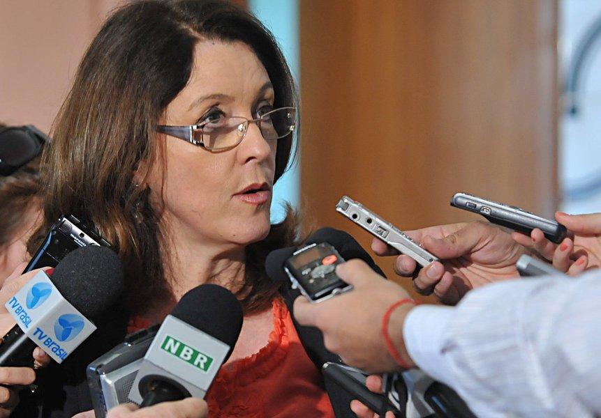 """A jornalista Helena Chagas, que foi ministra da Secretaria de Comunicação Social do primeiro governo Dilma Rousseff, afirma, em artigo, que a proposta do relator do Orçamento de 2016, deputado federal Ricardo Barros (PP/PR), de cortar R$ 10 bilhões do Bolsa Família é uma """"espécie de provocação, destinada a expor a fragilidade e a falta de controle do Planalto no Legislativo""""; """"Politicamente, não haveria símbolo maior do fracasso do projeto petista do que o corte nas verbas de seu principal programa social"""", diz; ela pontua que o Bolsa Família é """"coração da política social inclusiva do governos do PT, o que eles souberam fazer de melhor, o que vai ficar nos livros de história depois que eles passarem"""""""
