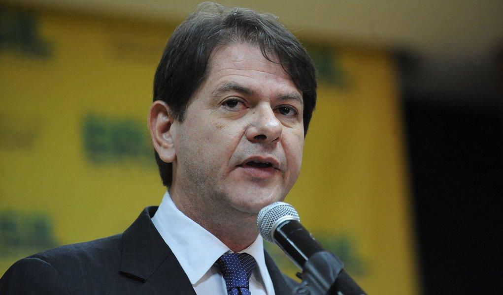 """Ex-governador do Ceará acredita que o movimento do impeachment perdeu força quando a população se deu conta de quem assumiria no caso de afastamento da presidente Dilma Rousseff; para o ex-ministro, o povo """"já está vendo que pior que a Dilma é entregar para o vice dela, esse Michel Temer, que é o chefão desse estilo de política"""";Cid Gomes também chama o presidente da Câmara, Eduardo Cunha (PMDB-RJ), de """"morto-vivo"""""""
