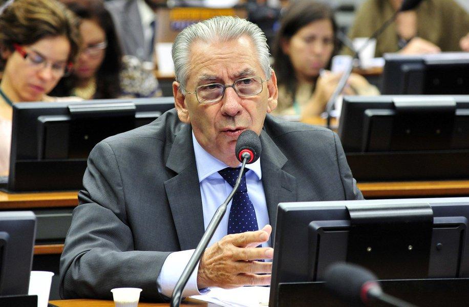 """Deputado federal Silvio Torres (SP), secretário-geral do PSDB e próximo do governador Geraldo Alckmin, afirma que """"o impeachment, que era uma ideia aprovada internamente, parecia iminente"""", mas """"agora está distante e é incerto""""; para ele, """"o governo está sabendo reagir e tem aliados no Senado""""; enquanto """"o PMDB, que está metido em várias denúncias, tem raros quadros que possam eventualmente assumir posições em um governo Temer"""""""