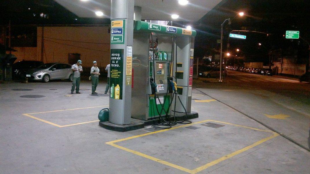 Órgão fiscaliza postos de combustíveis de Goiás se estão cumprindo a Lei nº 18.966/2015, que prevê que os revendedores de combustíveis são obrigados a exibir, em local visível ao consumidor, uma tabela informativa sobre a diferença percentual entre o valor do litro da gasolina e o valor do litro do etanol; para saber qual combustível possui o melhor custo benefício, basta que o consumidor observe a tabela informativa; caso o resultado seja menor que 0,7 entende-se ser mais vantajoso abastecer com etanol