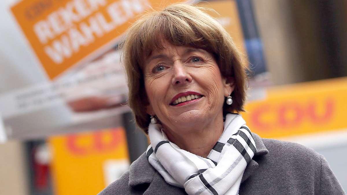 Uma das principais candidatas à prefeitura da cidade alemã de Colônia, Henriette Rekerfoi esfaqueada no pescoço e gravemente ferida neste sábado enquanto fazia campanha, disse a polícia; o agressor eraum homem de 44 anos