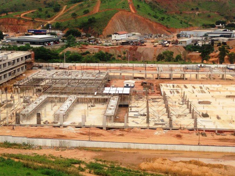 O orçamento para a construção de onze hospitais regionais em Minas Gerais teve uma queda orçamentária de quase R$ 200 milhões entre o orçamento de 2015 e 2016; uma das grandes promessas de Pimentel não passou imune à crise econômica que vive o estado e o país