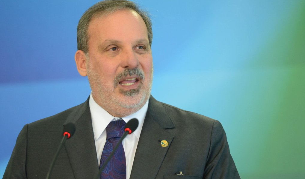 """Ministro do Desenvolvimento, Armando Monteiro Neto, disse que a oposição colocou o país em uma situação em que somente o que importa é apear a presidente Dilma Rousseff do poder, deixado de lado a agenda necessária para alavancar a retomada do crescimento econômico; """"Estamos enredados numa disputa política que vem se estendendo demasiadamente. A oposição está entrincheirada na tese do impeachment"""", afirmou"""
