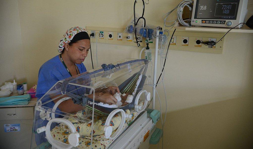 No estado da Bahia, desde outubro de 2015 até segunda-feira 4 de janeiro de 2016, foram notificados 366 casos suspeitos de microcefalia, com perímetro cefálico menor ou igual a 32 centímetros; os casos ocorreram em 71 municípios, sendo Salvador o que apresentou o maior número, com 214 casos; do total de casos notificados de microcefalia, 103 mães referiram ter tido doença exantemática na gestação