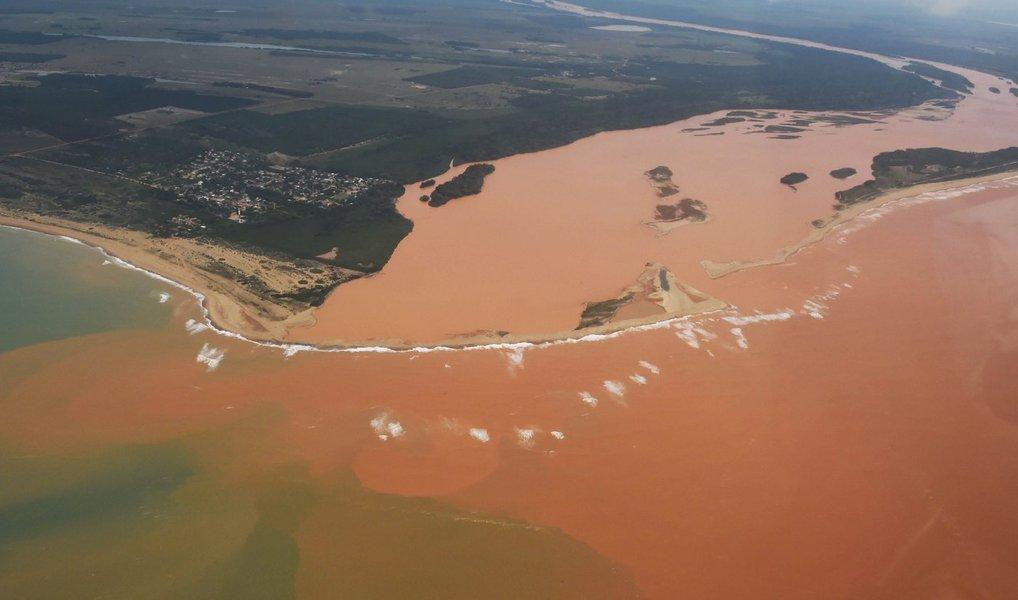 Dois meses depois do rompimento da barragem de Fundão, em Mariana (MG), o tamanho da mancha de lama que se espalha pela superfície do mar do Espírito Santo, a partir da foz do Rio Doce, passou de 19,3 km² para 66,6 km²;Samarco disse que ainda trabalha na elaboração de um plano de mitigação de danos ambientais, mas não há prazo para que os rejeitos de minério deixem de ser despejados no litoral