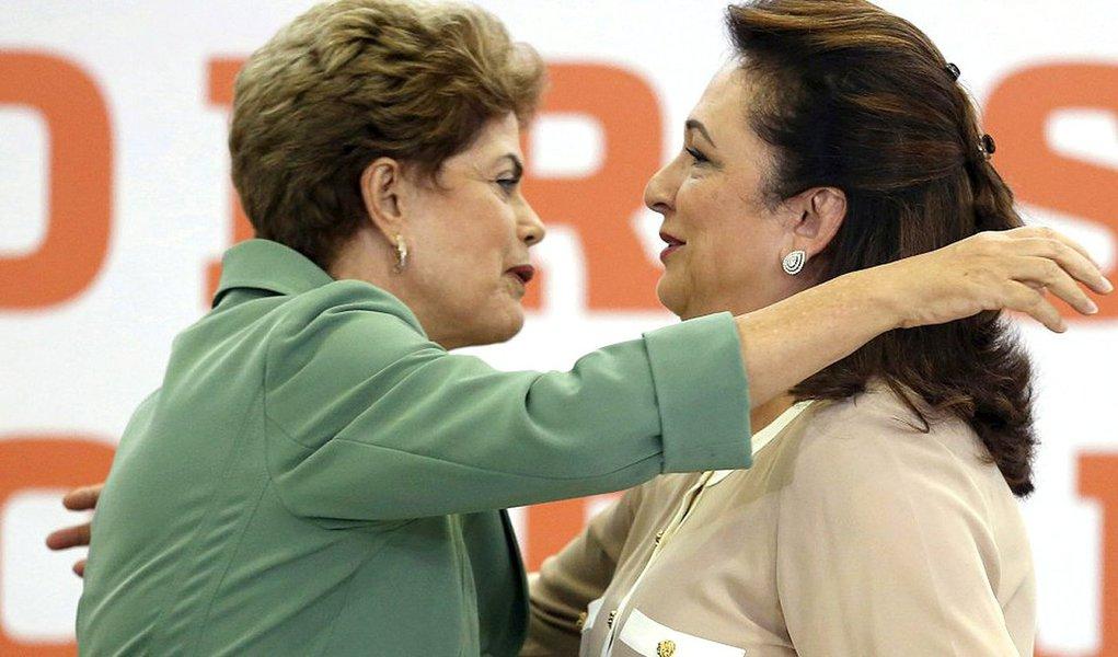 """Peemedebista, ministra da Agricultura, Kátia Abreu, sai em defesa do mandato de Dilma Rousseff: """"Só vejo adjetivação, porque a presidente não gosta do Congresso, porque é impopular, porque briga, etc.""""; """"Ninguém nunca ouviu dizer que ela tenha furtado uma caneta BIC"""", declarou; segundo ela, o afastamento da presidente não resolveria os problemas da economia: """"E, no dia seguinte, viria a frustração, porque nada seria modificado com rapidez, sem dor, como num passe de mágica. Não tem Hollywood nem país das maravilhas""""; a ministra aponta ainda o risco de sebasear o impeachment em popularidade: """"Se fizermos uma pesquisa com os governadores e prefeitos, devido à dificuldade financeira que se encontram, talvez não sobrasse nenhum"""""""