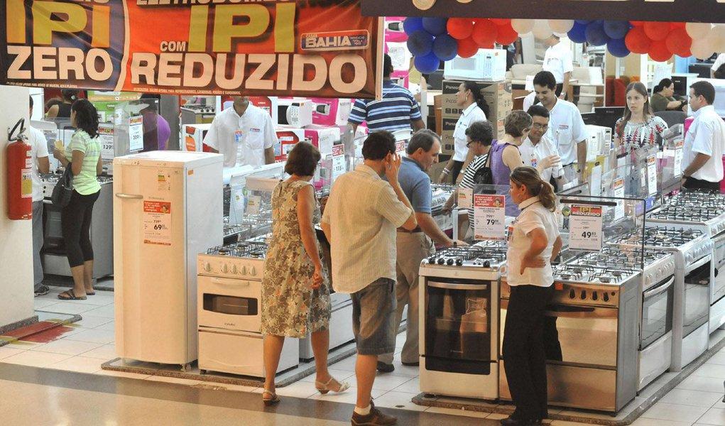 Levantamento foi feito por auditores da Receita Federal nos números da política de desoneração de diversos setores da economia, da indústria automobilística à de alimentos; a renúncia começou tímida com Lula em 2009, para enfrentar a crise global, e explodiu com Dilma, a partir de 2011; em 2012, no auge das desonerações, o governo federal transferiu para o setor empresarial R$ 142,5 bilhões; o Bolsa Família, que chega para 14 milhões de famílias, custa R$ 27 bi por ano