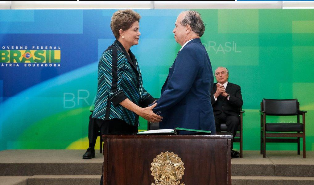 Como parte da reformulação do seu governo, a presidente Dilma Rousseff demitiu nesta quarta (30) o ministro Renato Janine Ribeiro, da Educação; ele foi chamado ao Palácio do Planalto para ser comunicado da saída, que já vinha se desenhando há alguns dias; Aloizio Mercadante, que já respondeu pela pasta, voltará a ocupá-la; também esteve no Planalto o secretário-executivo do Ministério da Educação, Luiz Claudio Costa; ele se reuniu com Mercadante para tratar da transição no ministério