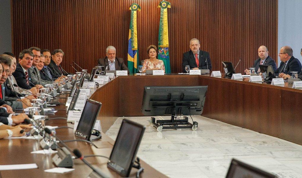 """Em reunião com a presidente Dilma Rousseff nesta quinta-feira, 22, representantes da Confederação Nacional dos Municípios (CNM) manifestaram apoio à proposta do governo de recriar a CPMF, desde que a alíquota seja de 0,38% e partilhada entre União, estados e municípios; """"Nós, prefeitos, defendemos a CPMF, desde que ela seja compartilhada com os municípios. Não do jeito que foi encaminhada para o Congresso"""", afirmou ovice-presidente da CNM, Luiz Sorvos; governo sinalizou que trabalha com a possibilidade de alíquota de 0,38%"""