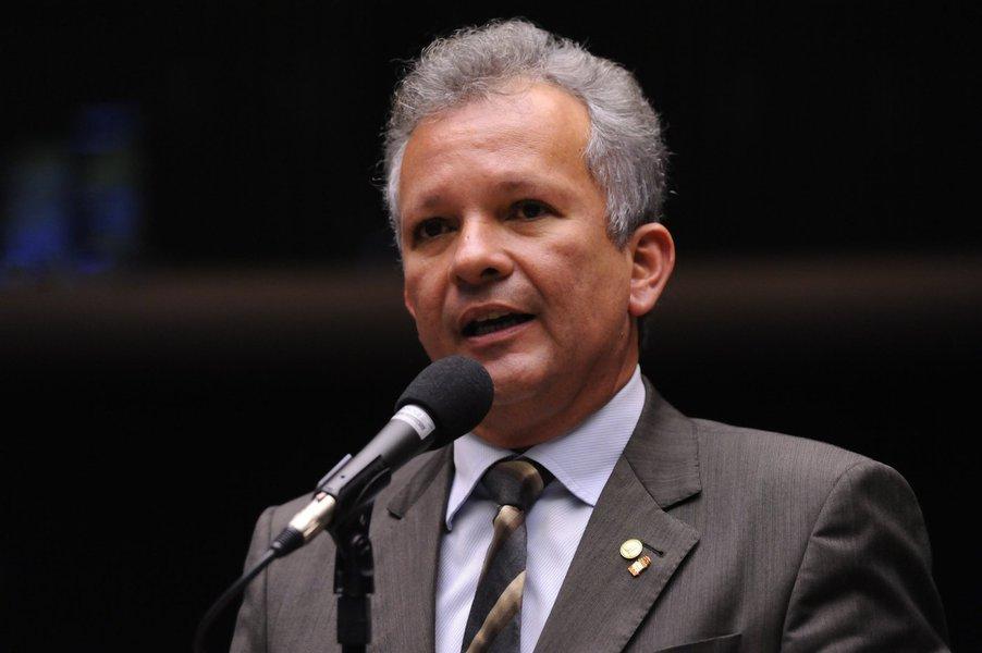 Em solenidade nesta terça-feira (24), em Brasília, o ministro das Comunicações, André Figueiredo, assina a portaria que estabelece os critérios de adaptação de outorgas das empresas de radiodifusão, incluindo os valores para mudança de faixa do AM para FM. Das 1,8 mil emissoras AM em operação no Brasil, 1,4 mil pediram ao Ministério das Comunicações para mudar para o FM