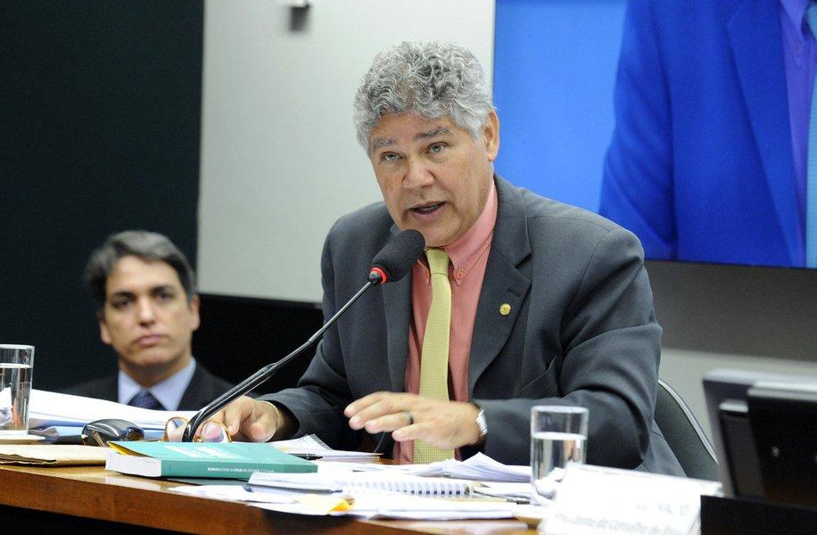 O deputado Chico Alencar (Psol-RJ) afirmou, no início desta tarde, que o presidente da Câmara já está articulando sua renúncia ao comando da Casa para não perder o mandato; o líder do Psol disse que recebeu informações vindas diretamente do gabinete de Eduardo Cunha (PMDB-RJ)