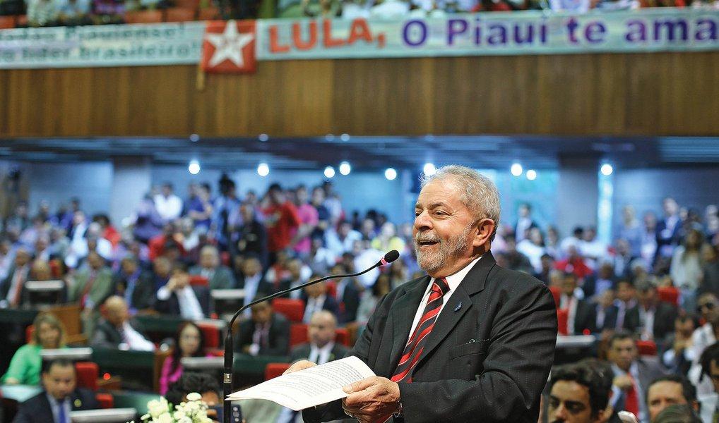 """Oex-presidente Luiz Inácio Lula da Silva disse, nesta quarta (21), em Teresina (PI), que o país vive um """"momento de ódio"""", mas que ele dorme com a """"consciência tranquila""""; Lula viajou ao Piauí para receber os títulos de cidadão piauiense e teresinense concedidos por petistas do Estado; """"Eu sei o que fizemos pelo Brasil. Não faço política atrás de agradecimento. Político é assim, não espere agradecimento. O melhor agradecimento é deitar com sua consciência tranquila todo dia e é o que eu faço. Fiz o que era justo para meu país"""", discursou; """"As manchetes dos jornais condenam antes de as pessoas saberem que têm um processo contra elas. Muita gente fica nervosa e precisa ter calma"""", disse"""