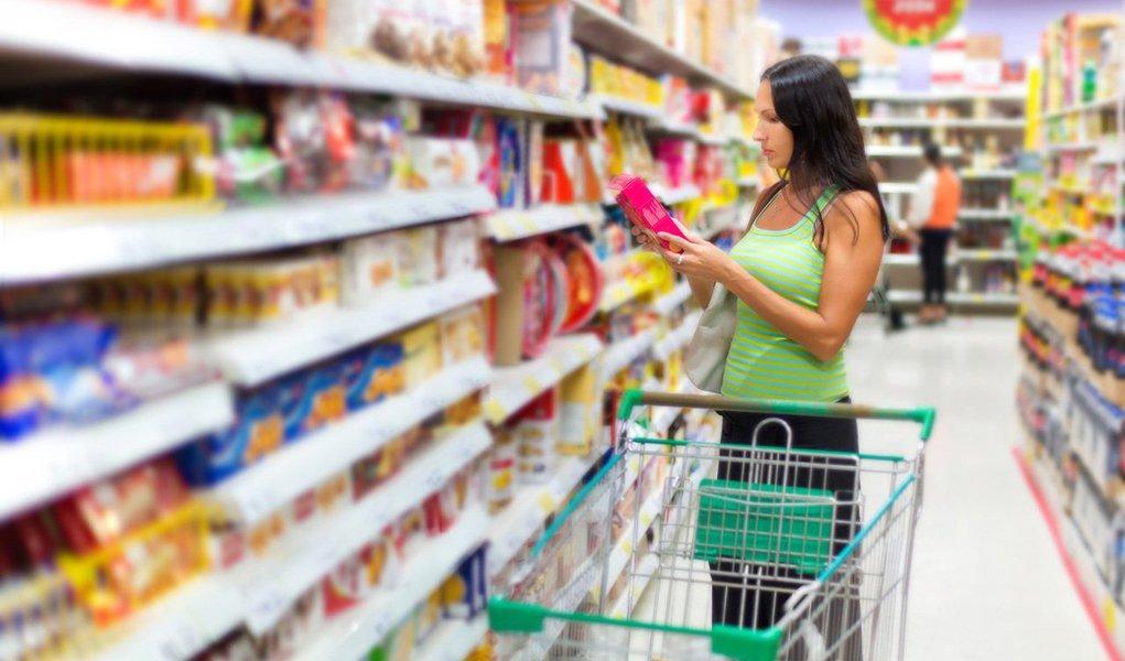 Aconfiança do consumidor brasileiro caiu 0,8% em outubro quando em comparação como mês anterior, o que representa uma renovaçãoda mínima histórica pela quarta vez consecutiva; medido pelaFundação Getulio Vargas (FGV), o Índice de Confiança do Consumidor (ICC)chegou a 75,7 pontos, contra 76,3 pontos em setembro
