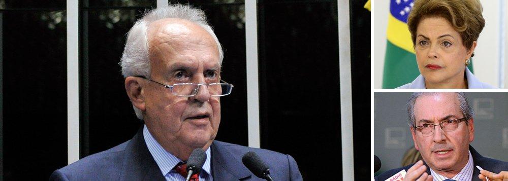 """Deputado federal e ex-governador de Pernambuco Jarbas Vasconcelos (PMDB-PE) afirma não ver elementos para impeachment, mas diz que a presidente Dilma Rousseff perdeu as condições de governabilidade: """"Ela não tem condição nenhuma [de governar], o país está mergulhado num mar de corrupção e ela, no mundo da lua""""; quanto a Eduardo Cunha, a quem chama de """"psicopata"""" e acusa de """"jogar dos dois lados"""", afirma que o presidente da Câmara não tem legitimidade para conduzir um processo de impeachment, por ter sido denunciado sob acusação de envolvimento no esquema de corrupção na Petrobras"""