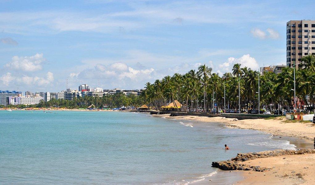 Pesquisa realizada pela Universidade Federal de Alagoas (Ufal) revela que a balneabilidade das praias urbanas de Maceió é a pior dos últimos dez anos emostra que, entre 2014 e 2015,elas têm permanecido impróprias para banho; resultados obtidos apontam que Maceió é a capital do Nordeste cuja qualidade das praias é a mais deteriorada; causa desse quadro alarmante é um colapso no sistema de esgotamento sanitário que serve a região