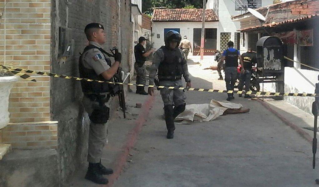 Dois militares do Serviço de Inteligência da Polícia Militar foram encontrados mortos em uma grota no bairro do Barro Duro, em Maceió; suspeita é de que foram identificados e executados por criminosos; eles realizavam um trabalho de investigação na região