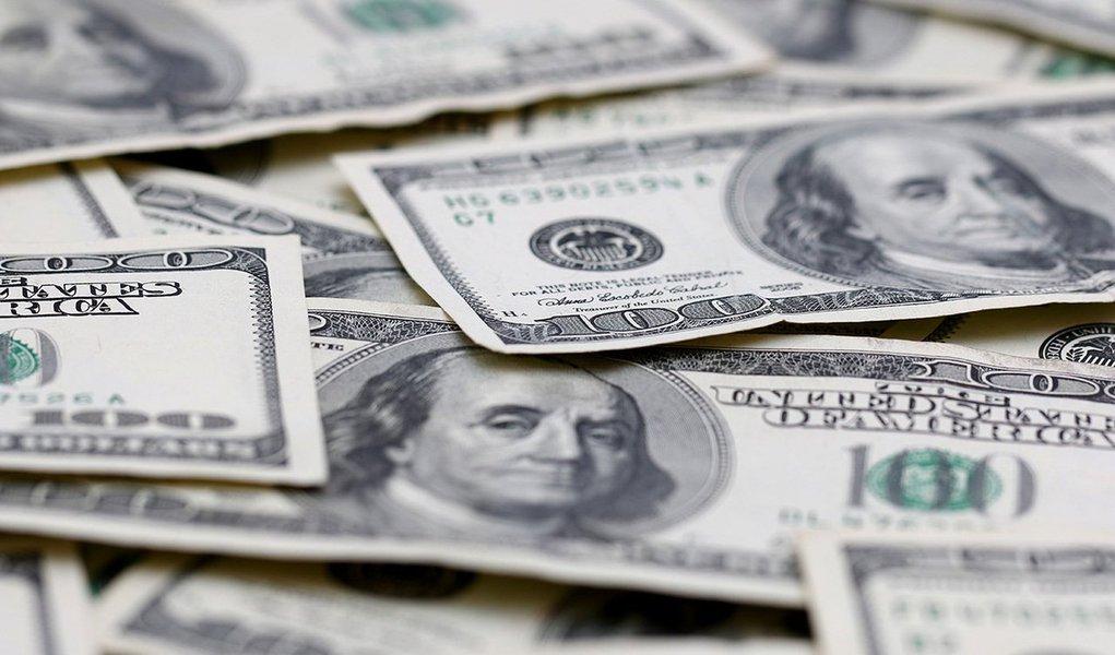 Dólar caiu quase 4% e fechou a cotação desta quinta-feira (23) abaixo de R$ 4 reais, queda aconteceu apó uma série de ações do Banco Central, por meio do presidente Alexandre Tombini, e do Tesouro Nacional; queda da moeda norte-americana foi de 3,73%, a 3,9914 reais na venda, maior queda diária desde 24 de novembro de 2008; na máxima da sessão, contudo, a moeda norte-americana subiu 2,48%