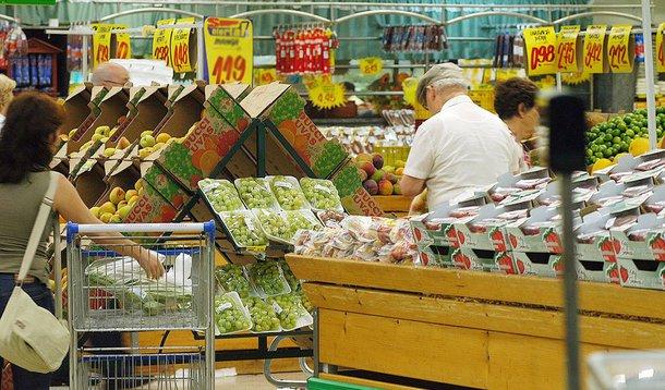 Segundo dados divulgados hoje (22) pelo Instituto Brasileiro de Geografia e Estatística (IBGE), apenas no mês de setembro, a taxa ficou em 0,39%, índice igual ao de setembro de 2014 e inferior ao 0,43% da prévia de agosto; o recuo da taxa entre agosto e setembro deste ano foi provocada, principalmente, pela queda de preços de 0,06% dos alimentos em setembro; em agosto, o grupo alimentação e bebidas teve uma inflação de 0,45%