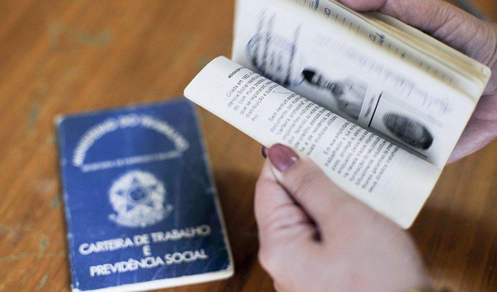 Pesquisa Nacional por Amostra de Domicílios Contínua (PNAD) revela que o número de pessoas desocupadas em Alagoas subiu um ponto percentual no terceiro trimestre deste ano em relação ao mesmo período do ano passado; taxa era de 9,7% entre julho e setembro de 2014 e saltou para 10,7 no mesmo intervalo de 2015; no entanto, situação mostra uma melhora no quadro, uma vez que a quantidade de pessoas desocupadas em Alagoas era 125 mil no terceiro trimestre de 2014, aumentou para 148 mil no começo deste ano e caiu para 135 mil no trimestre passado