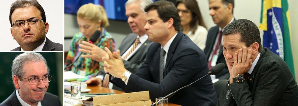 """Em nota, entidade presidida por Marcus Vinicius Furtado Coêlho condena as manobras do presidente da Câmara, Eduardo Cunha (PMDB-RJ), para obstruir a deliberação do Conselho de Ética sobre o processo de sua cassação; ontem, por ordem da Mesa Diretora da Casa, o presidente do colegiado destituiu o relator do processo; """"A OAB está pronta para ir ao STF com uma ação para garantir o funcionamento adequado do Conselho de Ética, caso isso seja necessário"""", anuncia a Ordem dos Advogados do Brasil, no comunicado; """"A palavra da OAB sempre foi relevante nos processos políticos brasileiros. Até aqui a entidade se manteve distante da guerra do impeachment, adiando um posicionamento. Isso começou a mudar nesta manhã"""", comenta Tereza Cruvinel; nova sessão acorre na manhã desta quinta"""