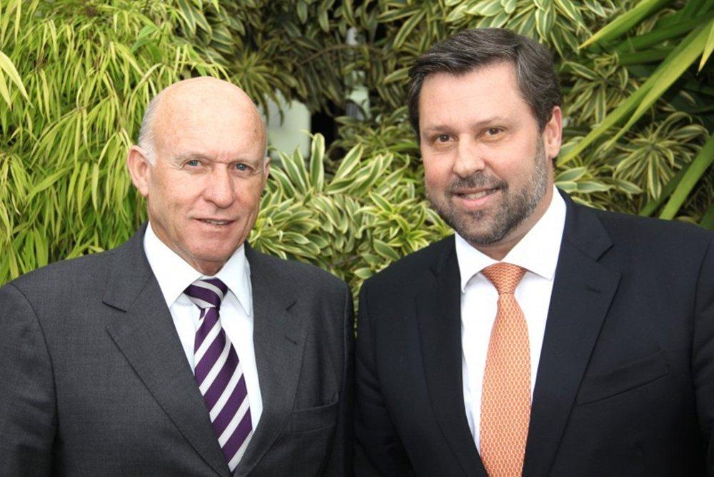 """Ex-prefeito de Vinhedo Milton Serafim (PTB), condenado a 32 anos de prisão por cobrar propinas para a implantação de loteamentos, era forte aliado do líder do PSDB na Câmara, deputado Carlos Sampaio (SP), um dos entusiastas do impeachment da presidente Dilma Rousseff; em 2014, Sampaio destinou emenda de R$ 300 mil para a administração de Milton Serafim; poucos meses depois, Sampaio o descreve como """"amigo"""" em suas redes sociais"""