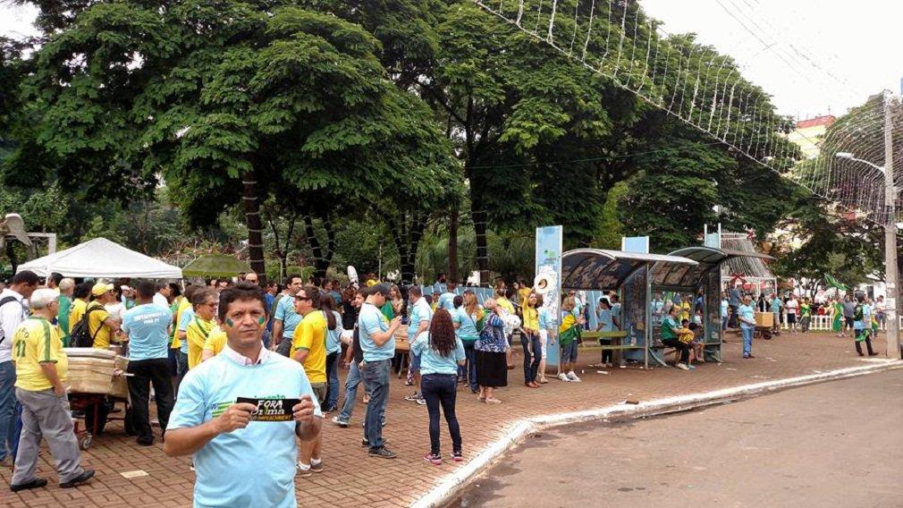 Manifestação contra a presidente Dilma Rousseff (PT), organizada pelo Movimento Brasil Livre, em Goiânia foi um fracasso em termos de público; por volta de 15h, pouco mais de 300 pessoas acompanhavam um carro de som na Praça Tamandaré, no Setor Oeste; em Goiânia, o MBL é coordenado pelo médico Silvio Fernandes, do DEM e afilhado político do senador Ronaldo Caiado, que não foi ao protesto mais uma vez